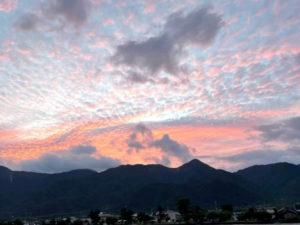 ピンクに染まる比良山系